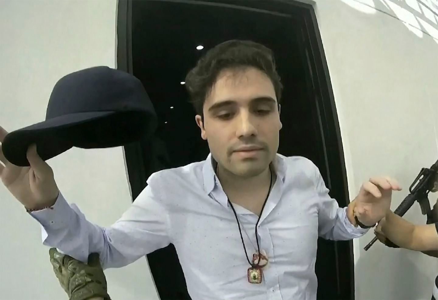 A new behind-the-scenes video shows how badly Mexico blundered in its  failed effort to arrest El Chapo's son   El chapo, El chapo guzmán, Mexican  army