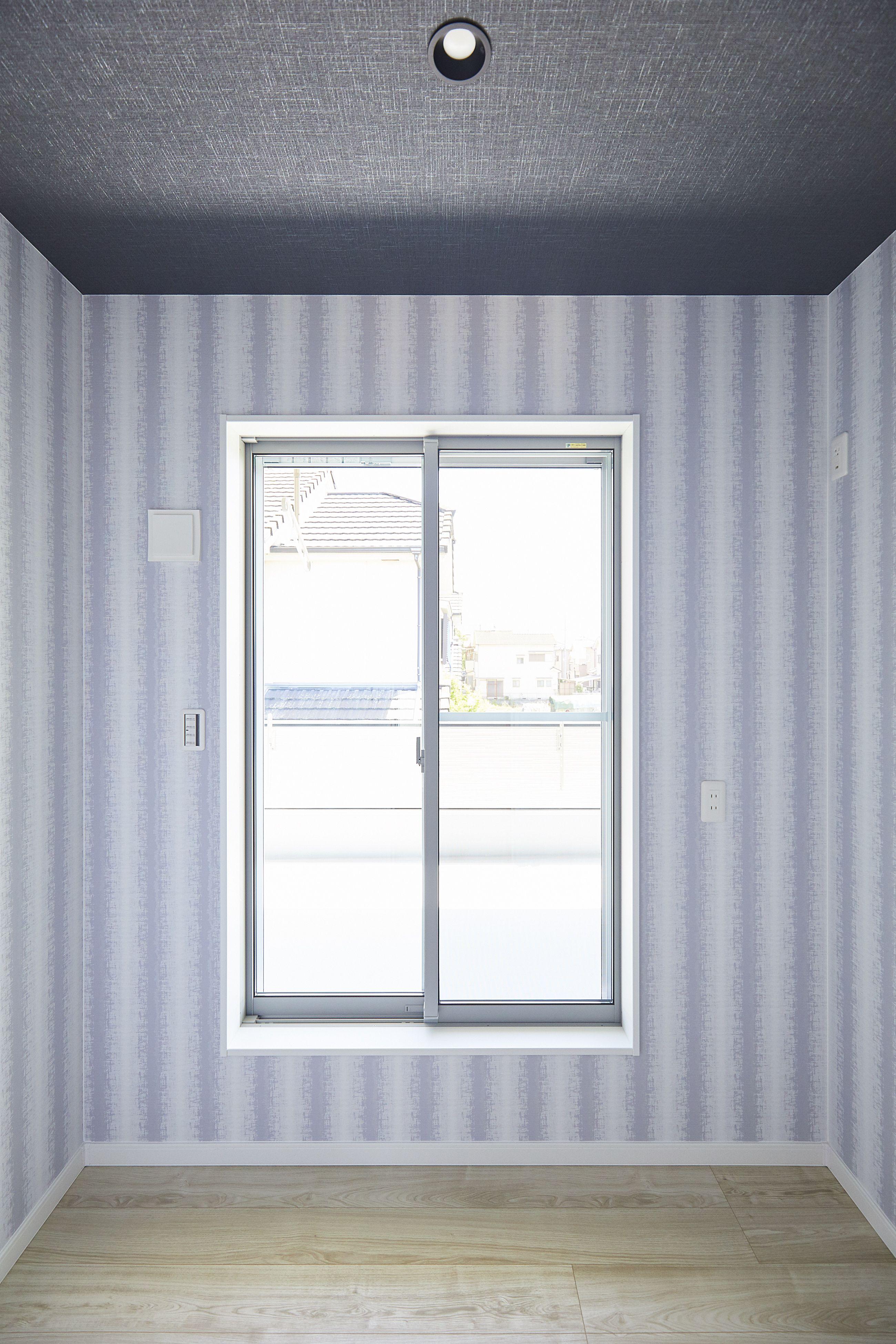 書斎 ダークな天井とお気に入りの壁紙で自分だけの隠れ家に 画像