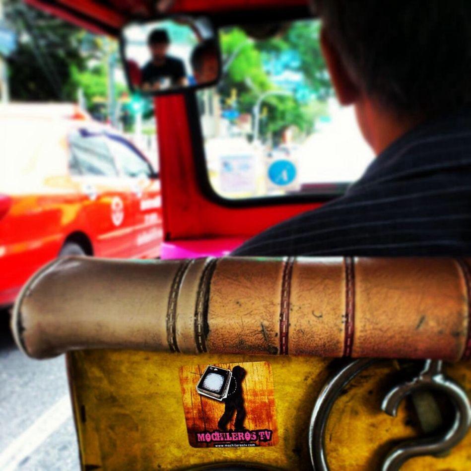 Nada más auténtico que recorrer las calles de #Bangkok montados en tuk tuk! #myanmartrip #mochileros cc @camaloon