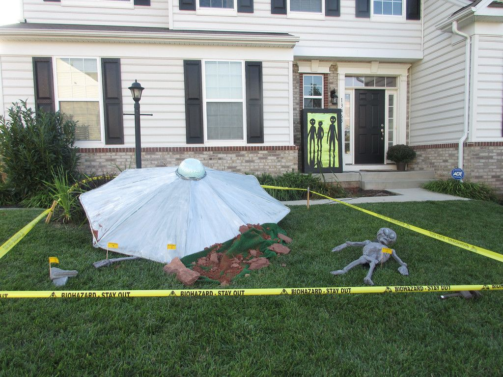 Halloween front garden ideas - Diy Halloween Alien Crash Yard Decor From Mama Say What Laura Shares How She Created This Fantastic Alien Crash Site On Her Front Lawn For Halloween