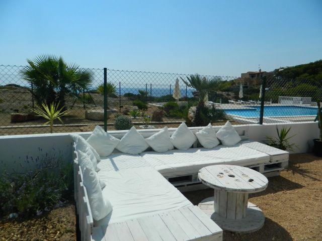 Palletenmöbel sofa europaletten weiß lackieren sitzkissen garten pool palleten