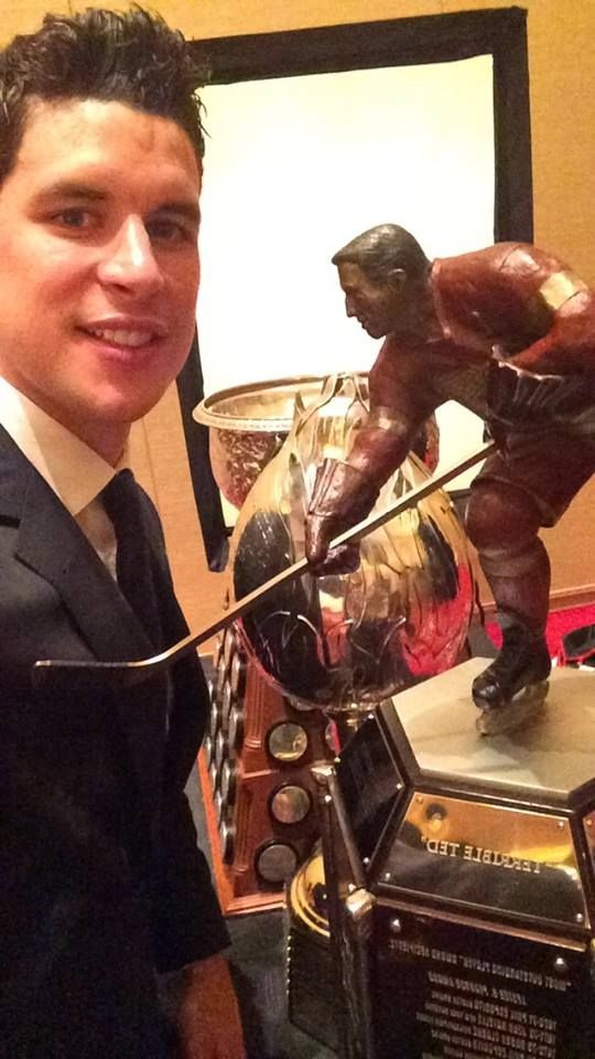 Sidney Crosby Selfie With His Hat Trick Of Trophies Hart Art Ross Amp Ted Lindsay June 24 2014 Pittsburgh Penguins Hockey Penguins Hockey Ted Lindsay