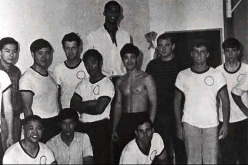 Bruce Lee & Kareem Abdul-Jabbar JKD Group Photo | Bruce lee, Martial arts  movies, Martial arts