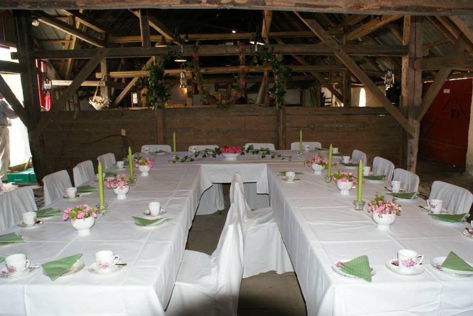 Historie, Museum, Sognefogedgården, Frederikshavn, Danmark. Bryllupsbordet dækket i museets lade. Senere blev brudevalsen danset på gårdspladsen