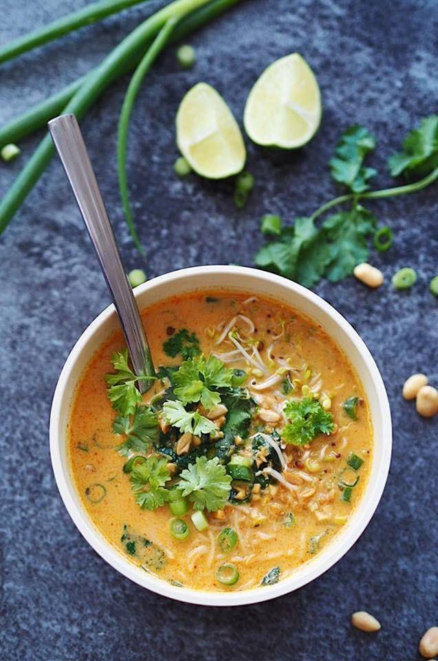leichte Thai Kokos-Suppe mit Reisnudeln und Erdnüssen #thaifoodrecipes