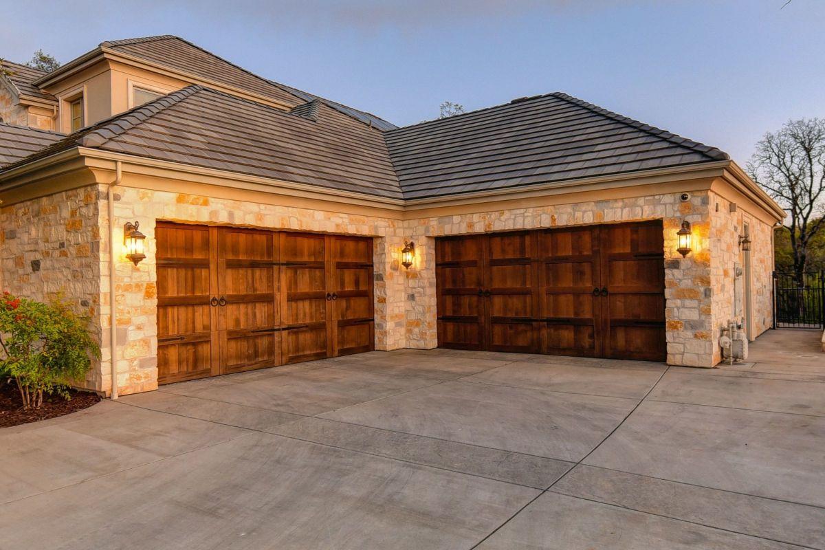 Garage Door Repair And Installation Available In Alvin Texas In 2020 Door Repair Garage Door Repair Garage Doors