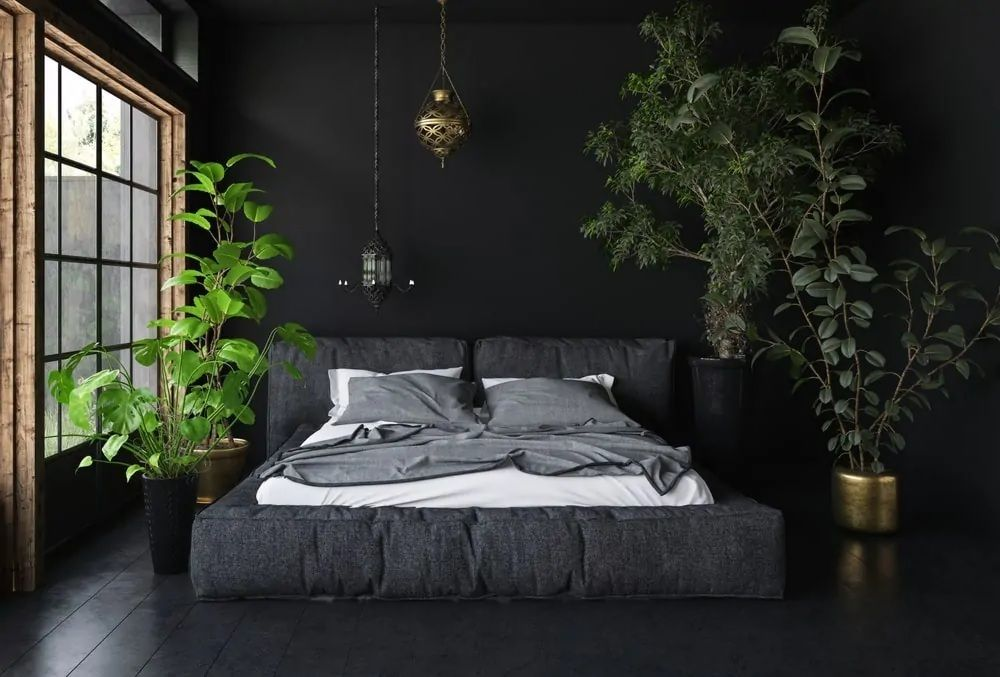 Das Master Schlafzimmer Bietet Ein Schwarzes Grosses Bett Mit Getopften Grunpflanzen Auf Den Seiten Hinzufu In 2020 Schlafzimmer Design Wohnung Schlafzimmer Dachschrage