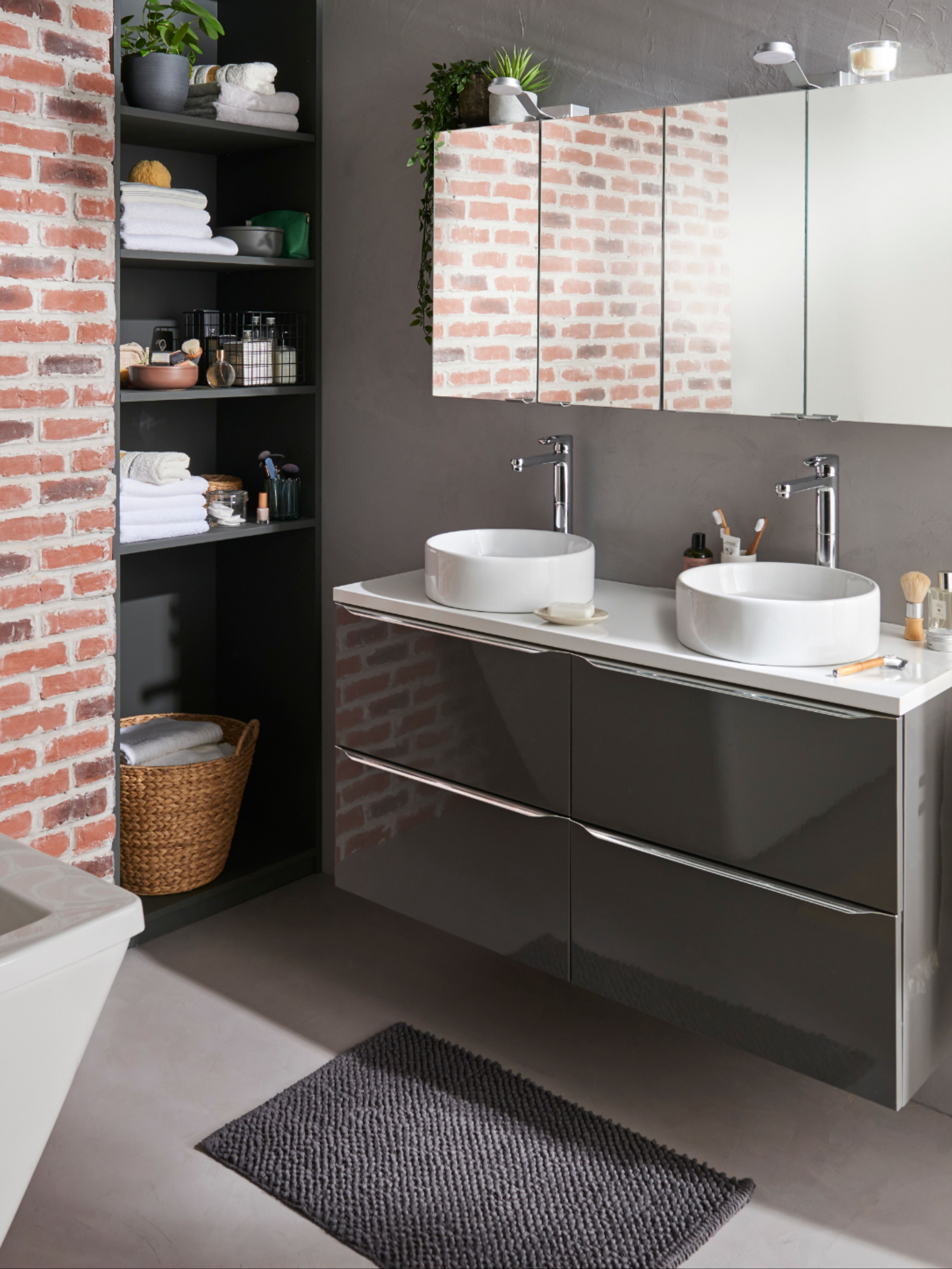 Un meuble sous vasque à suspendre, couleur gris taupe pour un