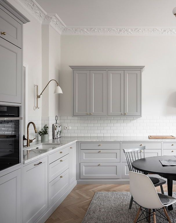 Elegant light grey kitchen - COCO LAPINE DESIGN