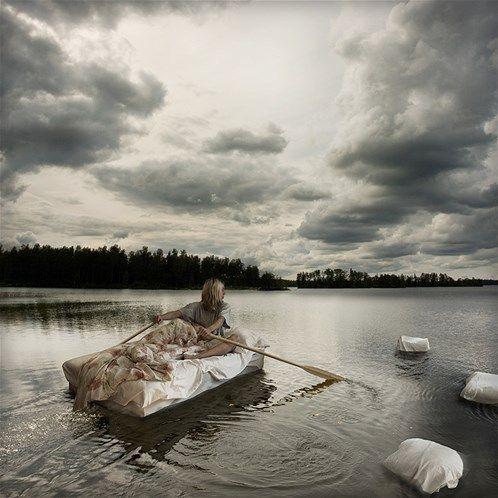 Passer ses vacances au lit... / Image: Erik Johansson : 'Rêves humides sur étendue d'eau' (© Erik Johansson)