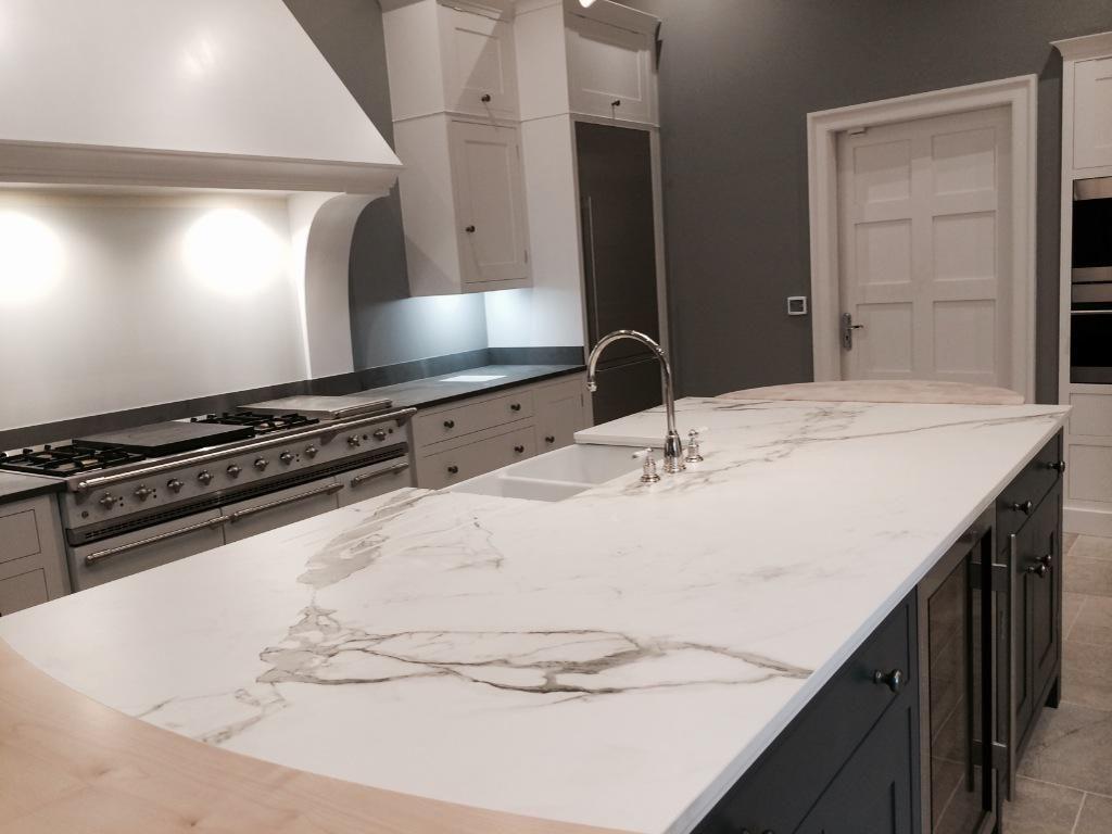 Dekton Aura kitchen top - alternative for Calacatta | ENCIMERAS ...