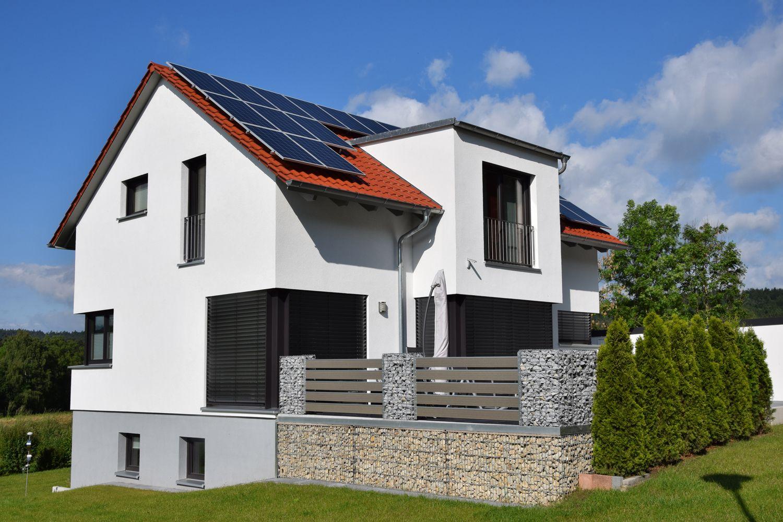 Einfamilienhaus modern holzhaus satteldach gaube mit for Einfamilienhaus modern satteldach