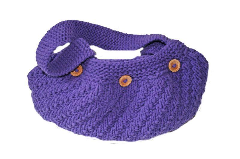 Diese Tasche habe ich aus einem schönen hochwertigen  lila Baumwoll/Mikrofaser- Garn gestrickt. Die Tasche ist eine Schultertasche in ausgefallenem Re