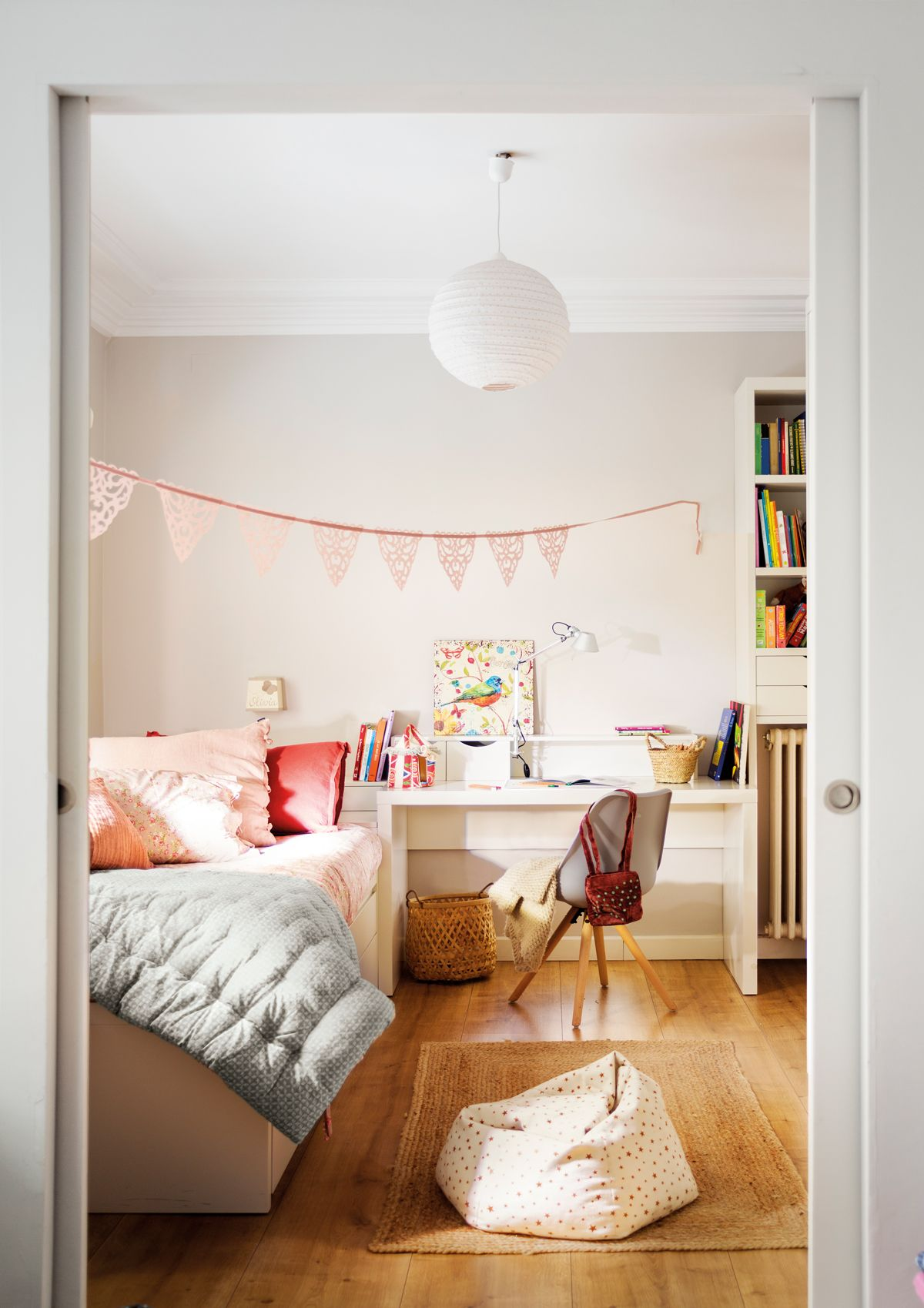 Habitacion infantil con dos camas paralelas y paredes - Decoracion de paredes de dormitorios juveniles ...