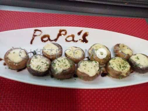 Receta de champiñones rellenos de queso. Descubre cómo preparar la receta de champiñones rellenos de queso que puedes degustar en el restaurante Papa´s en Vigo. Comparte su genuino sabor.