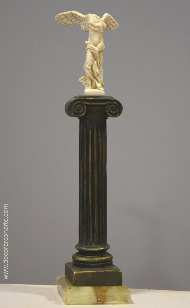 Victoria de Samotracia en columna. Altura: 33cm