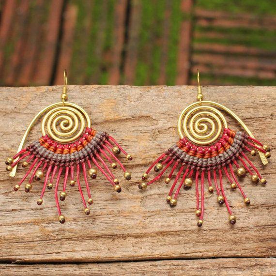 Pendiente en espiral de cobre amarillo con cordón de algodón tejida macrame en tonos rojos y naranjas
