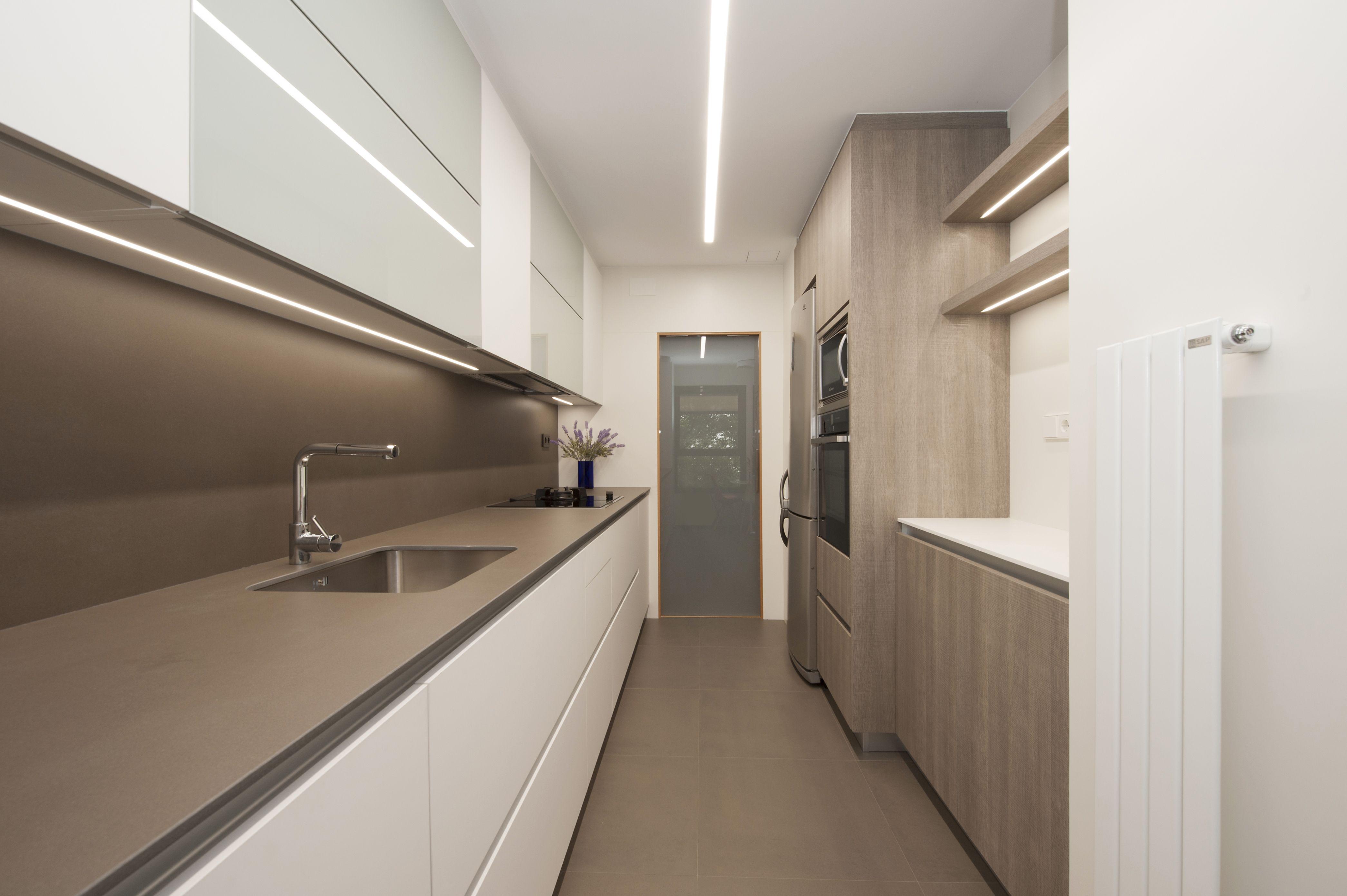 Cocina Con Dos Muros Paralelos Sincro Cocinas Kitchensramblara Decoracion De Cocina Diseno De Interiores De Cocina Mobiliario De Cocina