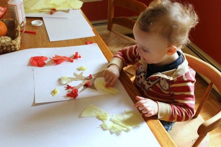 basteln-mit-2jährigen-papierschnipseln-kleben | Kleinkind