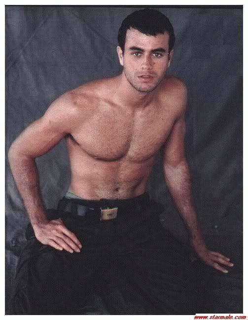 MALE CELEBRITIES: Enrique Iglesias goes shirtless in Miami