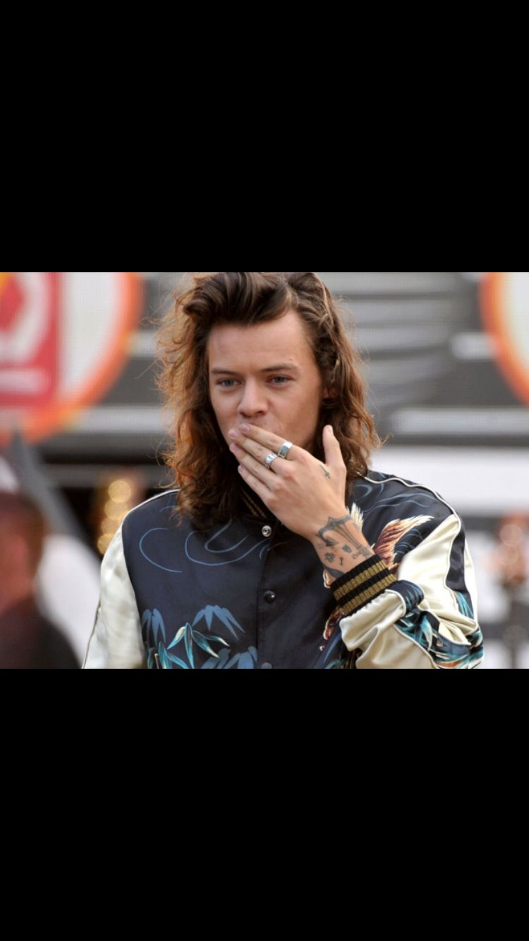 Harry Styles blowing kisses #1D#HarryStyles