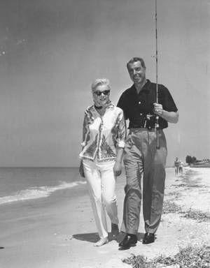 1961 / Marilyn et Joe en ballade sur une plage en Floride lors de vacances...