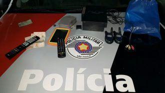 Após imagens de Câmera de segurança, Policia Militar prende cinco suspeitos de furto -     Aequipe Alfa daPolícia Militar prendeu na madrugada desta quarta-feira, dia 14, cinco suspeitos que supostamente teriam invadido uma residência na Vila Antártica, em Botucatu. Segundo informações da Polícia, a vítima chegou ao local e sentiu falta de vários aparelhos eletrônico - http://acontecebotucatu.com.br/policia/apos-imagens-de-camera-de-seguranca-policia-mil