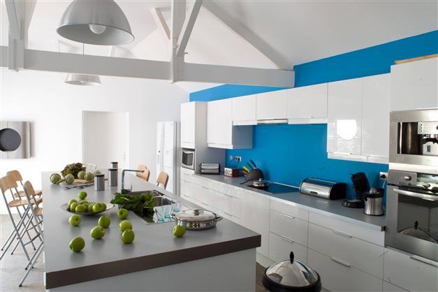 La cuisine loft, Bleu pacifique et Graphite de la collection - plan de travail cuisine rouge