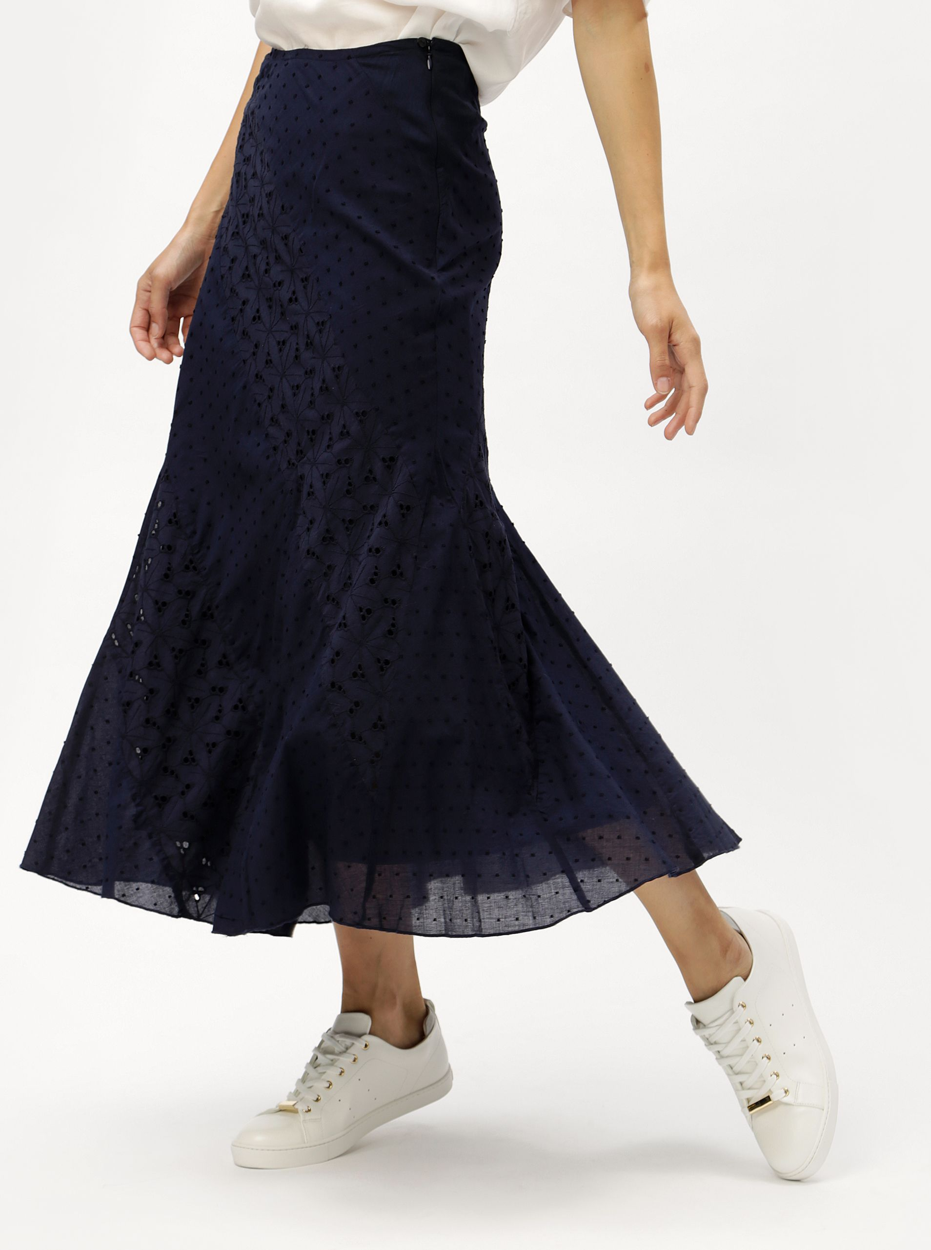 f403d1a19fc Typ  maxi sukně s krajkouBarva  tmavě modráVzor  květovaný Zapínání  zip a  knoflík