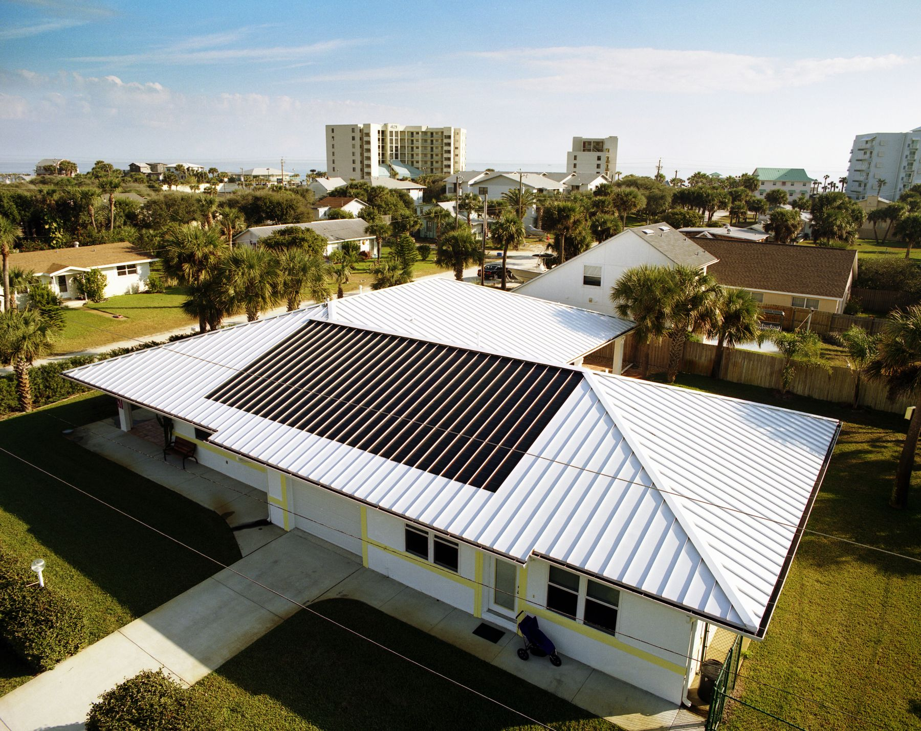 A cracker style roof researchers from the florida solar for Best house design tropical climate