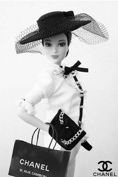 Chanel viste a Barbie...  La muñeca consentida de los grandes diseñadores...!!