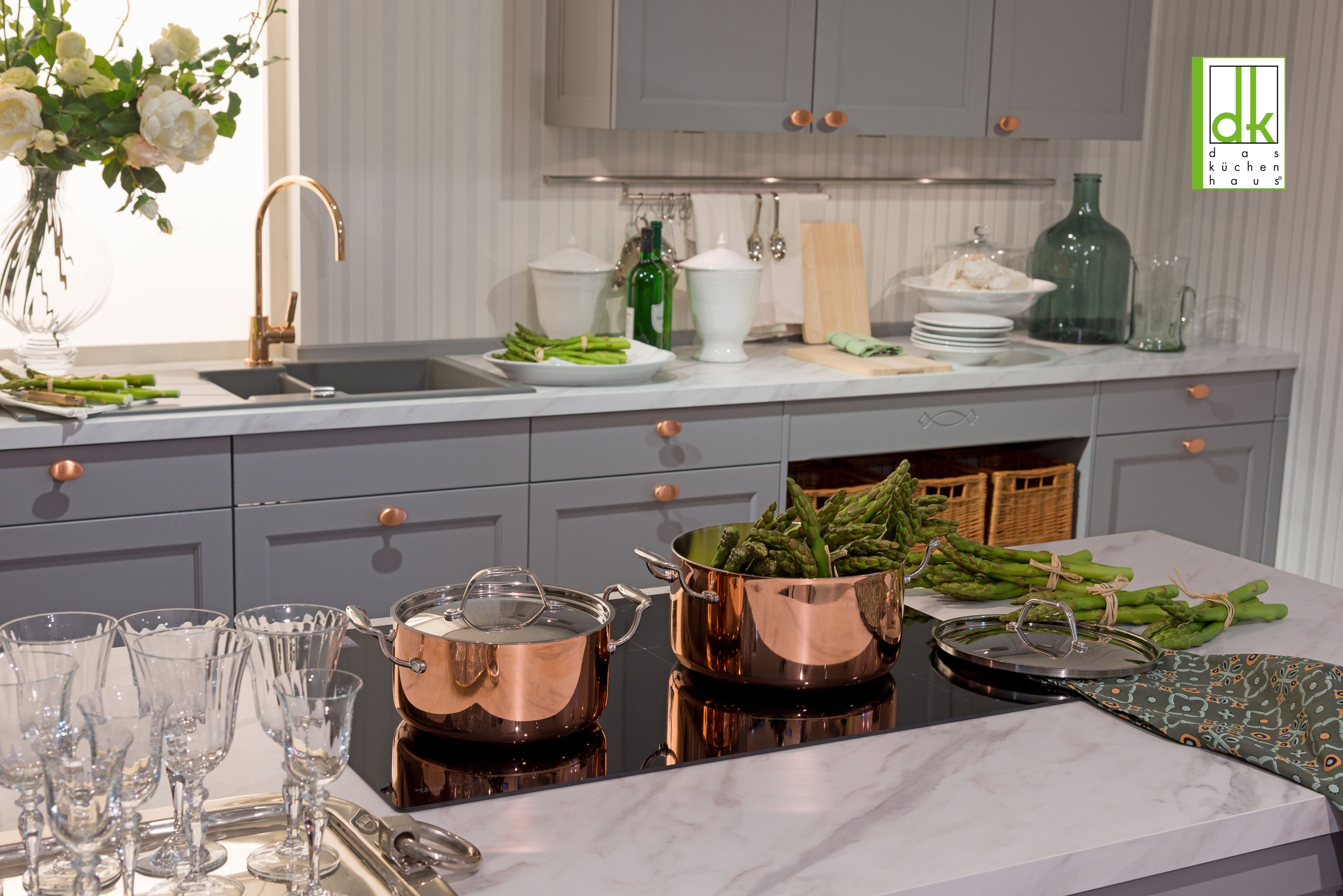 Graue Küchenzeile mit Landhausflair