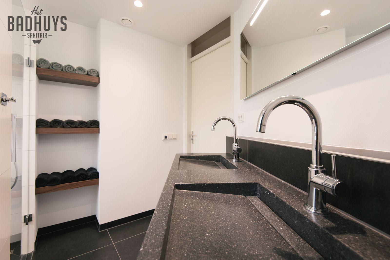 Moderne badkamer met ruime inloopdouche en schapjes op maat