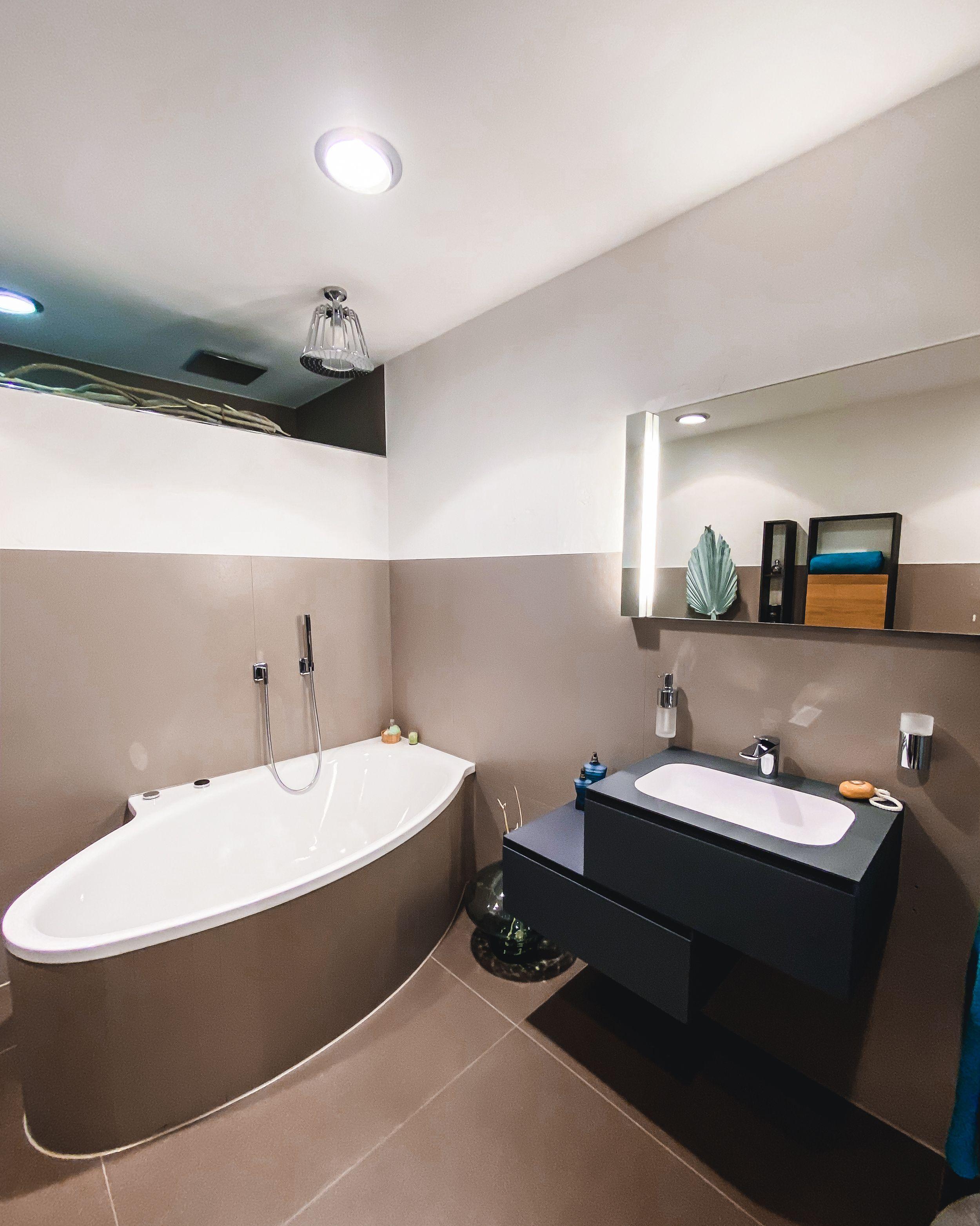 Grosse Badfliesen Sind Immer Ein Hingucker Dieses Bad Profitiert Zusatzlich Von Einem Ausserst Widerstandsfahigen Wascht In 2020 Neues Badezimmer Waschtisch Badewanne