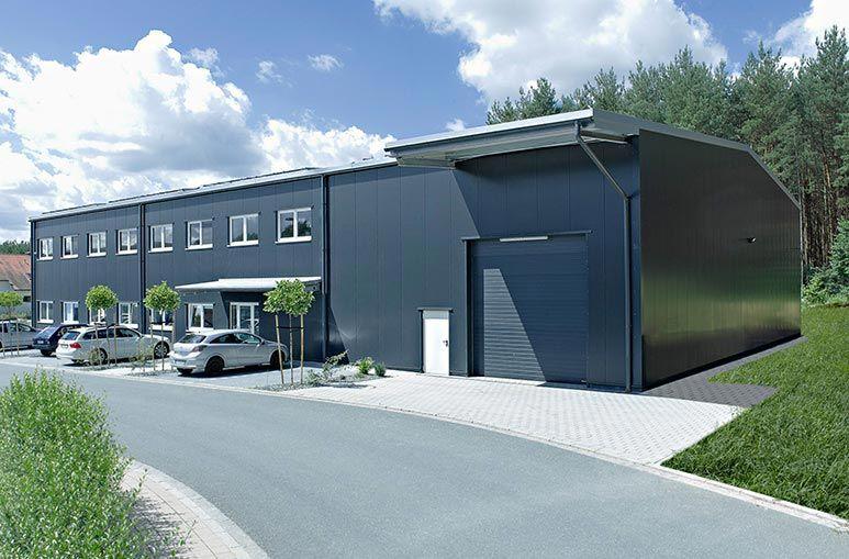 produktionshalle mit integriertem b roanbau und lager lagerzelte industriehalle stahlhalle. Black Bedroom Furniture Sets. Home Design Ideas