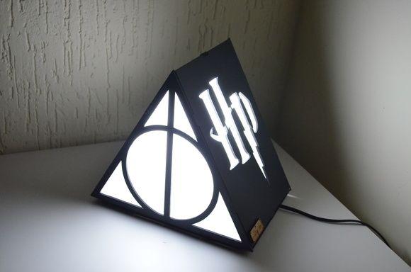 Lampada Lego Batman : Linda luminária triangular ! material: mdf medida: 20x15x15cm não