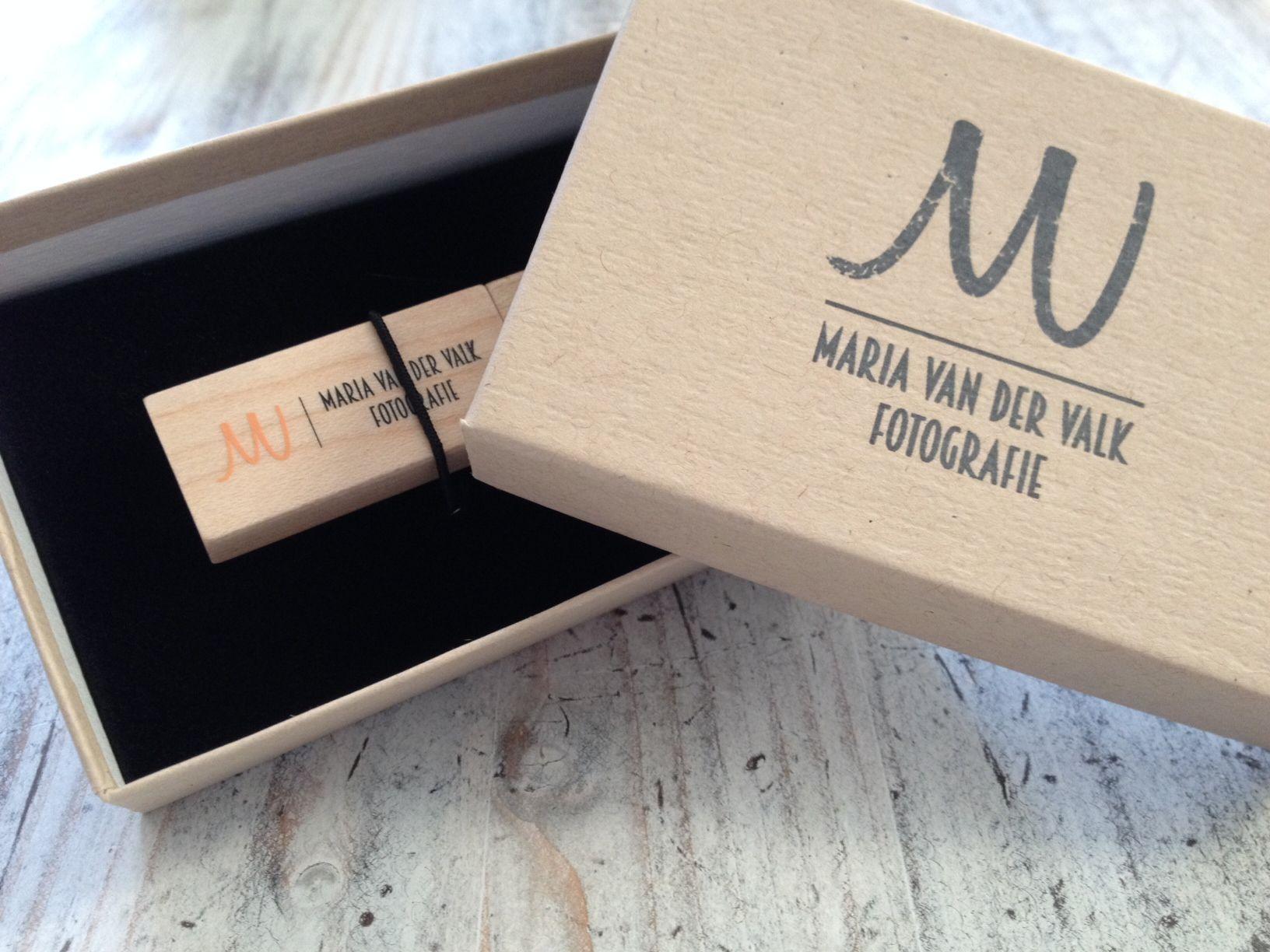 een usb doosje natural kraft bedrukt met zwart en een mooie