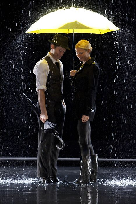 Gwyneth Paltrow & Matthew Morrison in Glee 'Singing In The Rain/Umbrella' mash-up