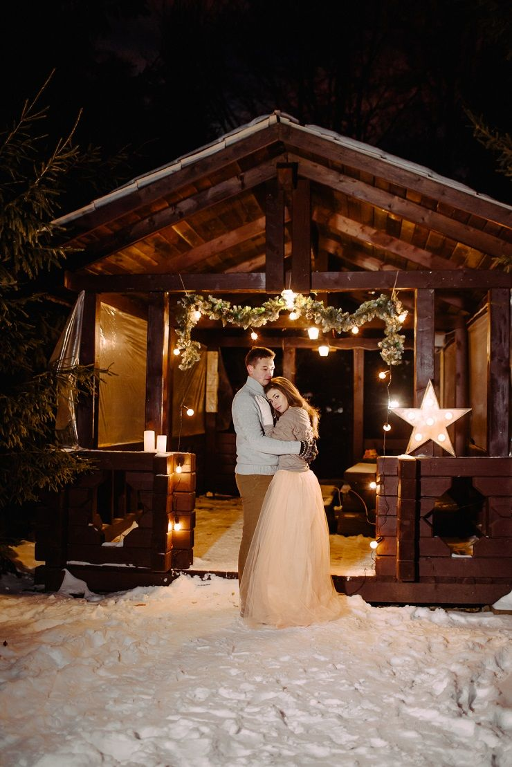 Cozy winter wedding decorations | fabmood.com #wedding #winterwedding #outdoorwedding #snow #bride #weddingdress #peach