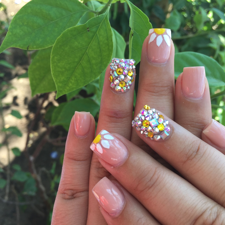 Hermosas uñas con swaroski y una margarita Nails C Pinterest
