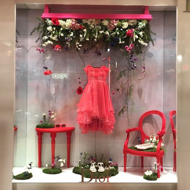 0d2b8e89691f (A través de CASA REINAL)       DIOR   Loving this spring display from   babydior  dior  paris.