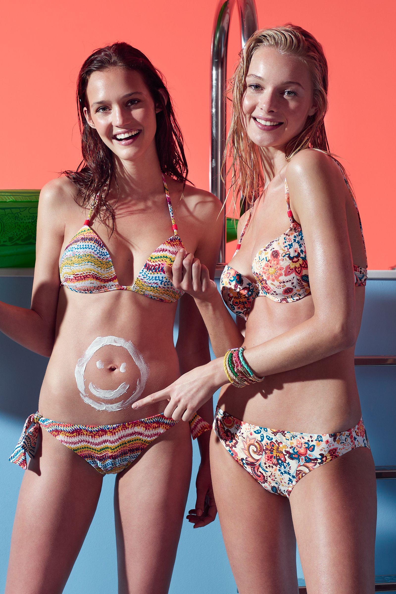 A la izquierda #bikini #triangular #estampado con #push up +1 y tirantes fijos. #Braguita ajustable con lazo en los laterales. A la derecha #bikini #estampado con doble posición de tirantes y volante en la parte trasera de la #braguita. #gisela #summer #giselaintimates #baño