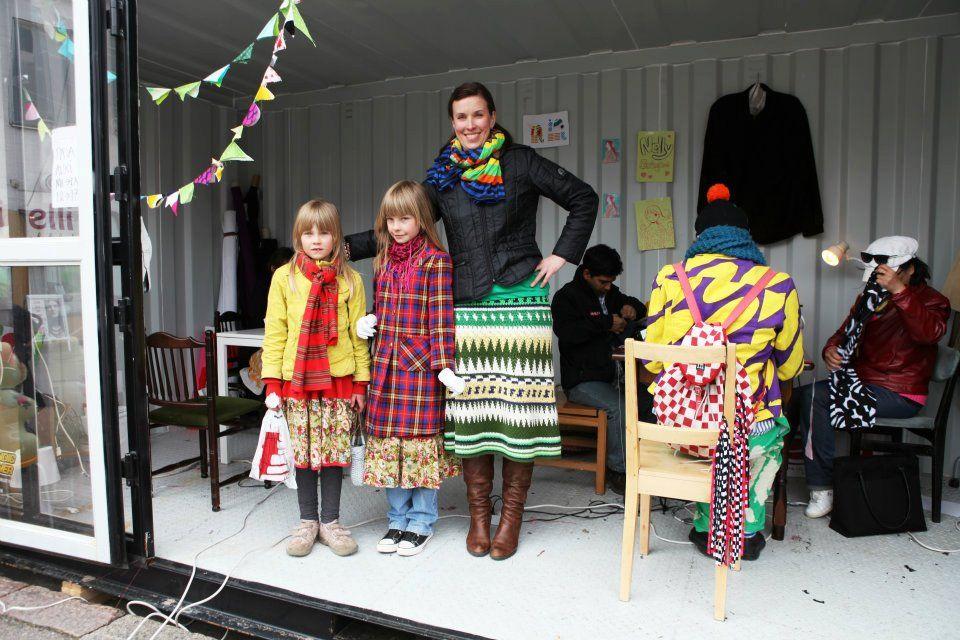 ETKOJEN ÄITI. Uudenmaan läänintaiteilija, muotisuunnittelija Mari Savio, joka sai vieraakseen kaksi hurmaavaa tyttöä - omansa!