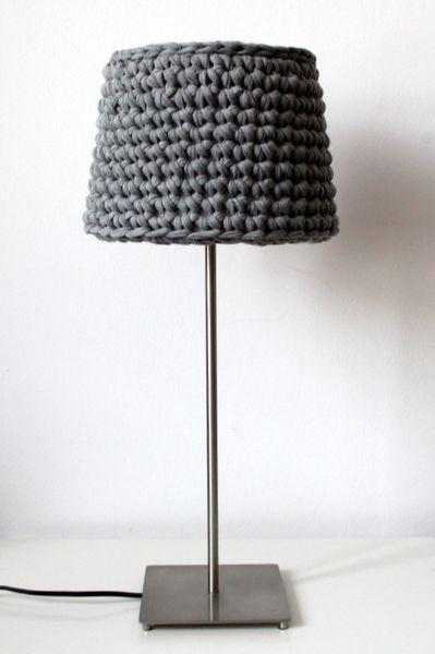 Schlichter Lampenschirm für eine Tischleuchte oder Hängeleuchte.  Gehäkelt aus meinem derzeitigen Lieblingsmaterial: Jerseyband - dieses Beispiel in g