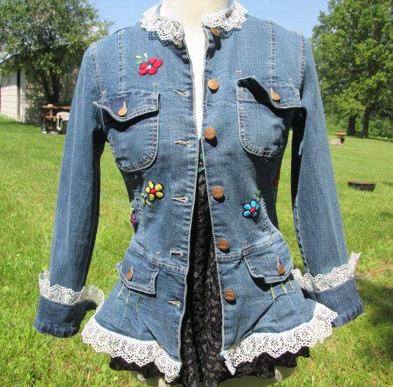Muy lindo reciclado de chaqueta de Jean azul con flores de colores, tallos y hojas, mano bordada en el frente y con añadido de encaje blanco en el cuello, puños y cintura. Forma ajuste material hecho de mezcla de algodón y spandex elástico, mangas largas, botones de brasstone, dos bolsillos en el pecho y dos bolsillos más bajos de la cintura. Los puños pueden ser desgastados o enrollados. Mejor adapta a pequeñas y medianos tamaños. (Maniquí es de un tamaño mediano)  Marca de la chaqueta…