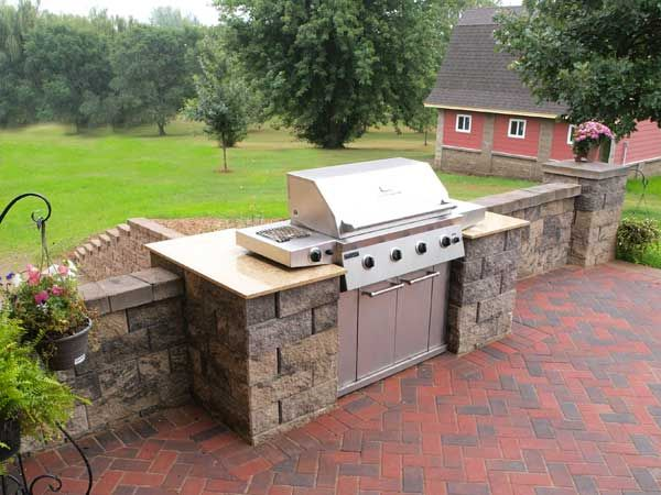 Backyard kitchen built in grill patio bbq grill built for Outdoor kitchen wall ideas