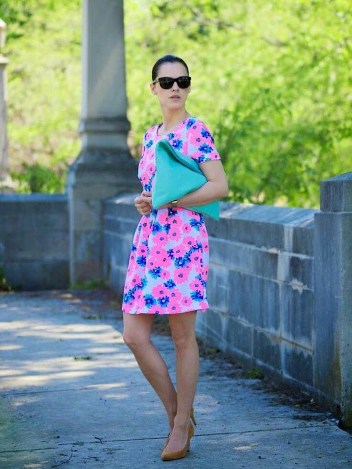 Vestido floral e bolsa verde