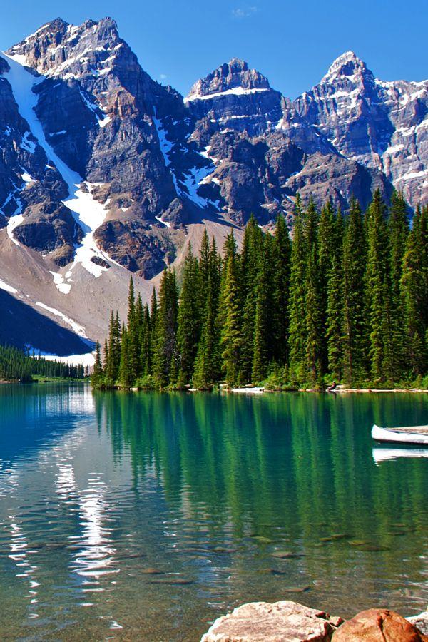 Kanada - Der Moraine Lake mit seinem tiefblauen Wasser liegt in den Rocky Mountains im Banff National Park in der Provinz Alberta und ist umgeben von nicht weniger als zehn 3000ern, die das Valley of the Ten Peaks formen! Was ist in dem Land eigentlich nicht spektakulär?  #kanada #canada #reisen #urlaub #naturwunder #see #lake #beautifulnature