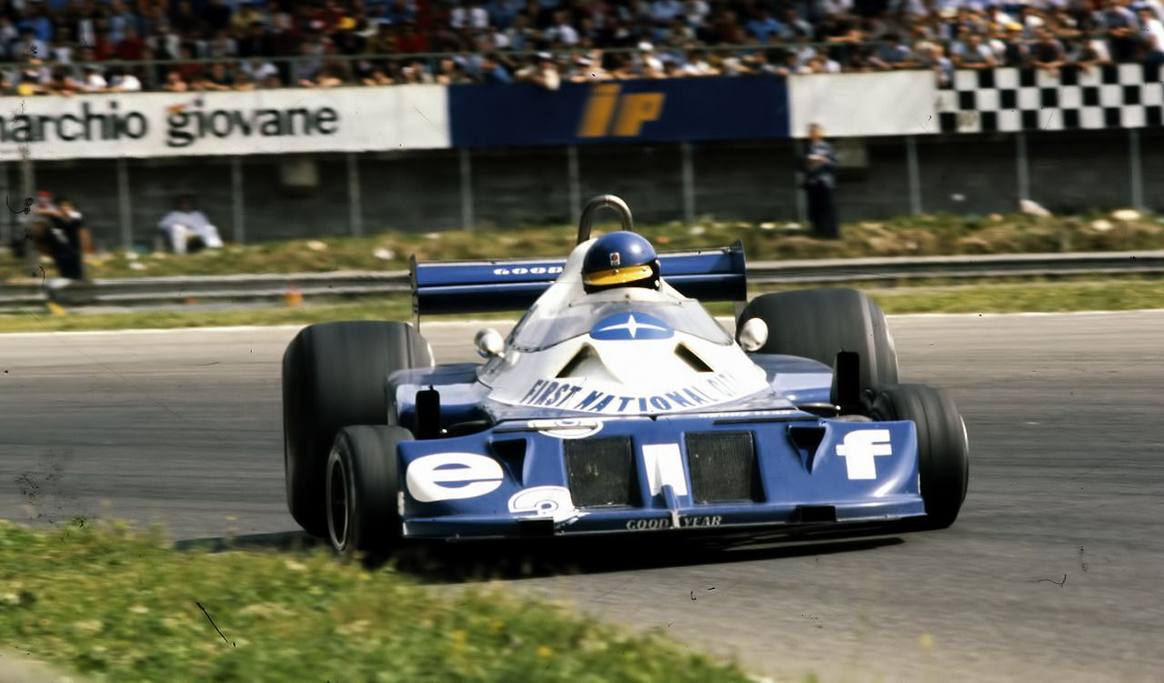 Ronnie Peterson drifting in the Tyrrell P34 レースカー