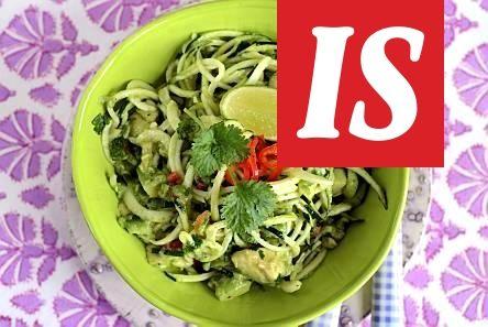 Vähän kevyemmän avokadopastan saat korvaamalla tavallisen pastan suikaloidulla kesäkurpitsalla.